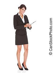 Mujer de negocios con tablilla