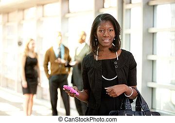 Mujer de negocios con teléfono inteligente