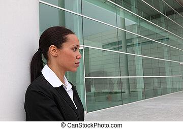 Mujer de negocios en el edificio de la oficina