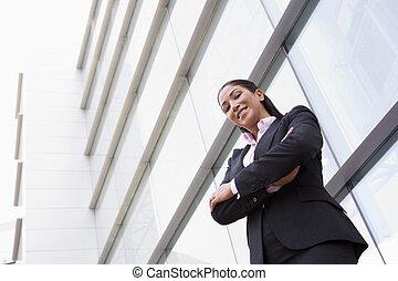 Mujer de negocios en el edificio de oficinas