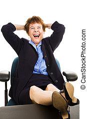 Mujer de negocios en el escritorio - riendo