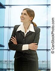 Mujer de negocios en la oficina moderna