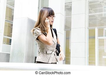 Mujer de negocios en movimiento
