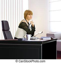 Mujer de negocios en su oficina