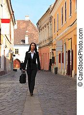 Mujer de negocios en una calle de la ciudad