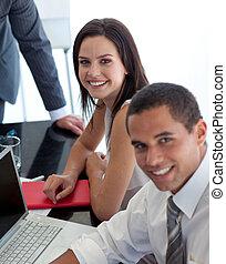 Mujer de negocios en una reunión con colegas