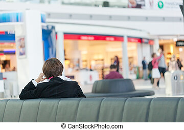 Mujer de negocios en una sala de espera en el aeropuerto