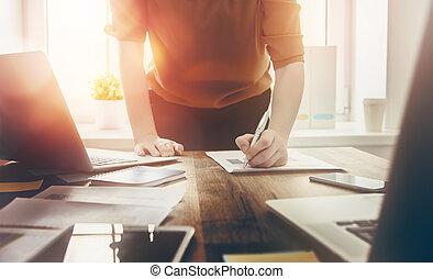 Mujer de negocios firmando documentos
