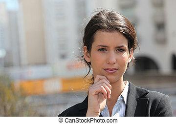 Mujer de negocios fuera de la oficina