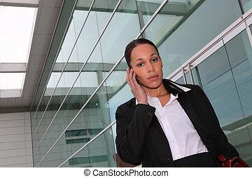 Mujer de negocios haciendo llamadas telefónicas fuera de la oficina