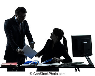 Mujer de negocios, pareja de conflictos