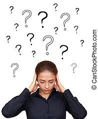 Mujer de negocios pensando con muchas preguntas sobre la cabeza