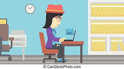 Mujer de negocios recibiendo o enviando correo electrónico.