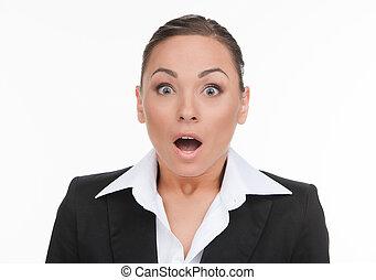 Mujer de negocios. Retrato de una joven mujer de negocios sorprendida mirando la cámara y manteniendo la boca abierta mientras está aislado en blanco