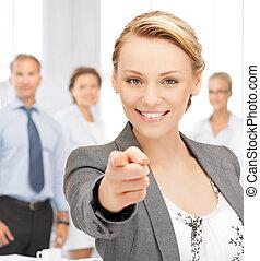 Mujer de negocios señalando su dedo