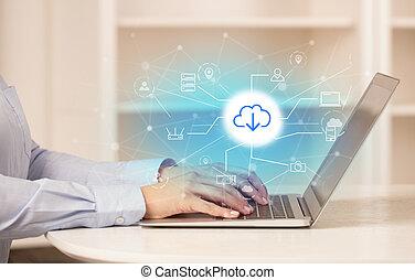 Mujer de negocios trabajando en su portátil con el concepto de almacenamiento online y tecnología de nubes