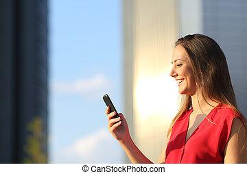 Mujer de negocios usando un teléfono inteligente