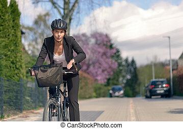 mujer de negocios, yendo, el conmutar, oficina, ciclo