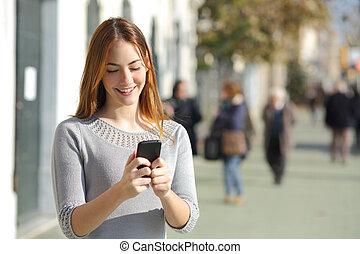mujer de teléfono, calle, elegante, hojear