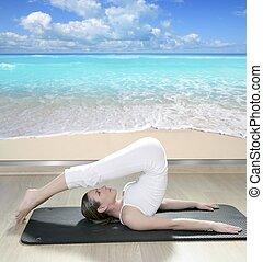 Mujer de yoga negra vista a la playa tropical