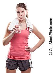 Mujer deportista sosteniendo agua