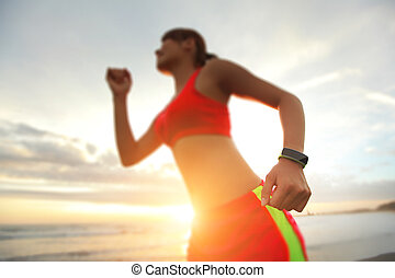 Mujer deportiva de salud con reloj inteligente