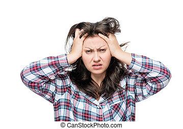 Mujer descontenta después de despertar, retrato en un fondo blanco