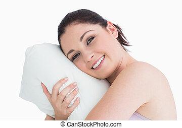 Mujer despertándose sobre su almohada
