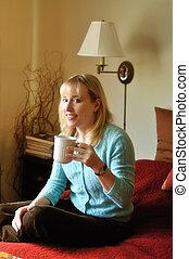 Mujer disfrutando una taza de café