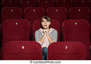 Mujer divertida en el cine