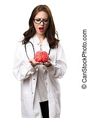 Mujer doctora sosteniendo un cerebro