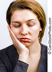 Mujer durmiente, muy aburrida y cansada