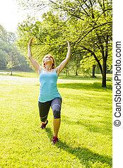 Mujer ejercitando en el parque