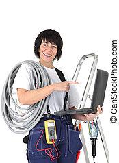 Mujer electricista con portátil y voltímetro