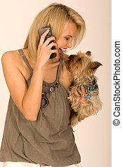 Mujer elegante con celular