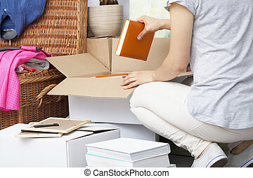 mujer, embalaje, llenar, casa