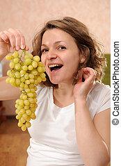 Mujer embarazada con uvas