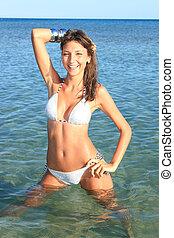 Mujer en agua tropical