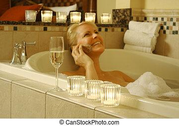 Mujer en baño usando celular