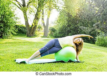 Mujer en el balance de yoga