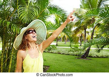 Mujer en el jardín tropical.