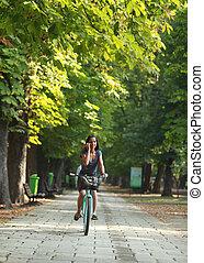 Mujer en el teléfono montando bicicleta