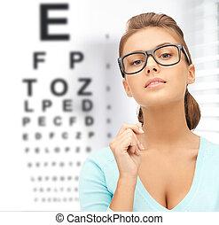 Mujer en gafas de sol con una carta