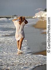 Mujer en la costa