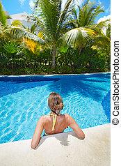 Mujer en la piscina en el hotel Caribe.