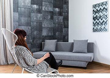 Mujer en la sala gris