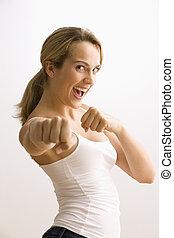 Mujer en posición de boxeo
