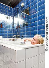 Mujer en un baño de spa