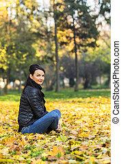 Mujer en un bosque en otoño