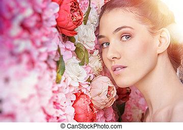 Mujer en un fondo de flores
